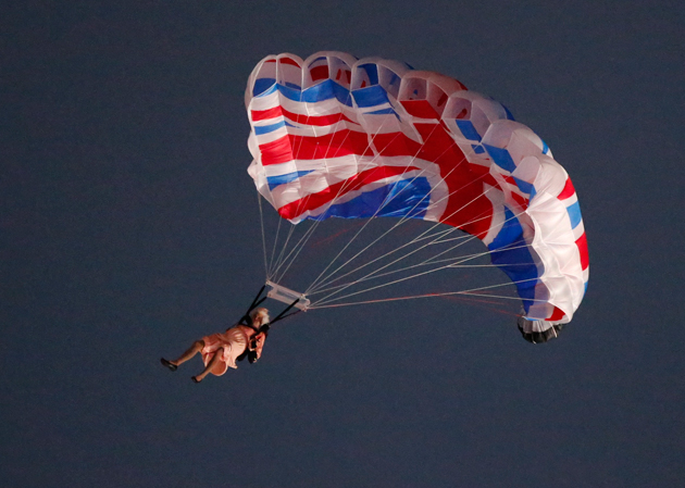 queen-elizabeth-and-james-bond-parachute-into-the-olympic-opening-ceremony-sort-of1.jpg