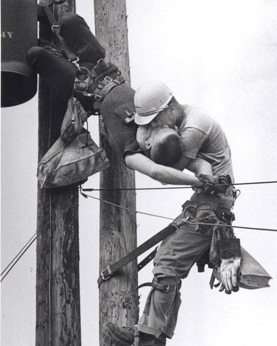 Kiss of life (by Rocco Morabito), Pulitzer de fotografía 1968