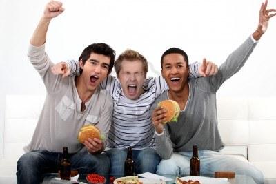 15224432-amigos-viendo-un-partido-de-futbol-juntos