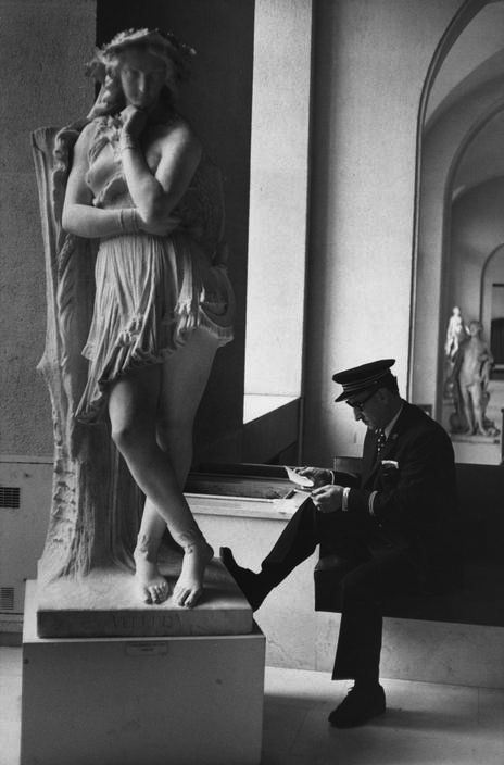 henri-cartier-bresson-louvre-paris-1975