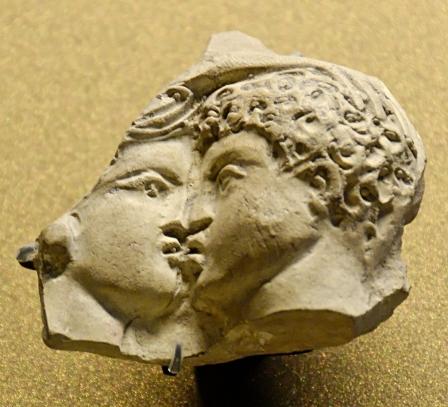 Oscillum_kiss_Louvre_Tarse92e