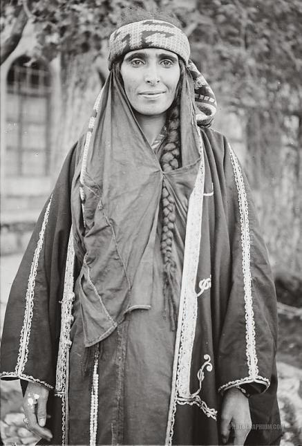 bedouin_woman_wearing_embroidered_coat._jordan._1898-1914