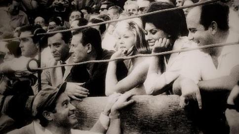 Sofía Loren sonríe a Cano desde la barrera abc