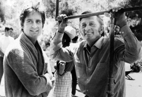 Kirk-Douglas-visits-his-son-Michael-Douglas-on-the-set-of-Hail-Hero