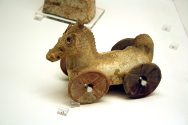 5013_-_Archaeological_Museum,_Athens_-_Toy_horse_-_Photo_by_Giovanni_Dall'Orto,_Nov_13_2009