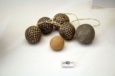 800px-1009_-_Keramikos_Museum,_Athens_-_Clay_beads,_10th_century_BC_-_Photo_by_Giovanni_Dall'Orto,_Nov_12_2009