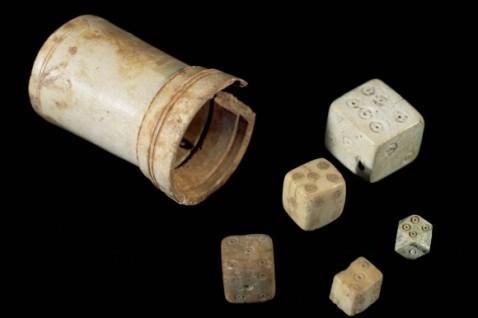 Roman-Art-Board-game-Cube-and-bone-dice-National-Museum-of-Roman-Art-Spain-