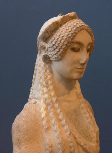 Kor dite aux yeux de sphinx, en marbre de Paros. Vers 500 av. J.-C. MusŽe de l'Acropole, 674.
