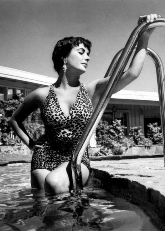 skye-elizabeth-taylor-leopard-swimsuit-pool-1960s
