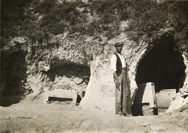 evans-excavating-tombs-at-mavro-spelio-near-knossos-1926