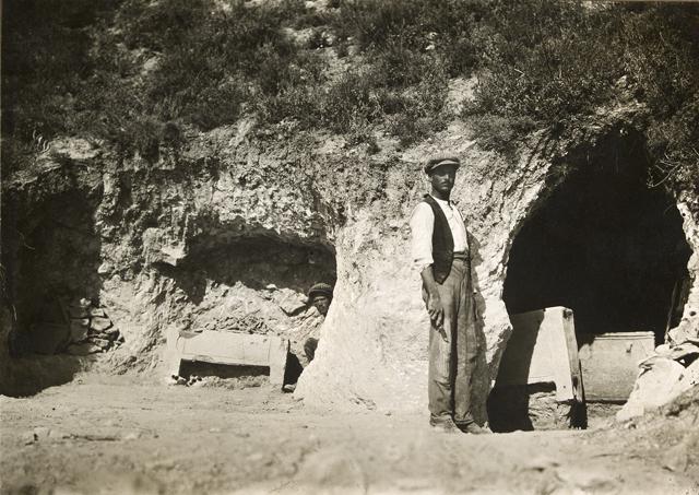 evans-excavating-tombs-at-mavro-spelio-near-knossos-1926